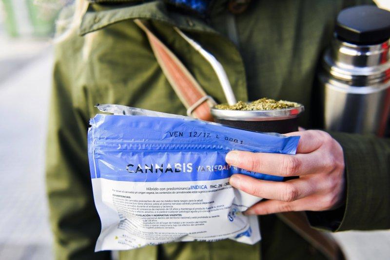 19日起,烏拉圭公民及永久居民可先向政府註冊,然後至藥局購買大麻。(美聯社)