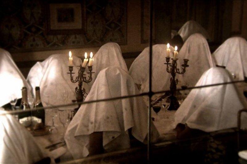 每個人都要頭蓋白色餐巾來享用這道禁忌料理,這景象是不是很像什麼邪教儀式?(圖/Cathy Ho)