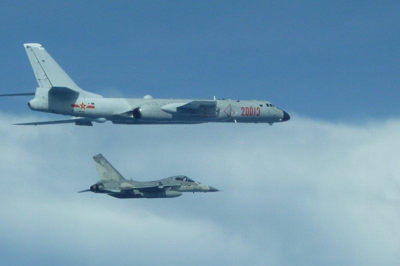 中國軍機頻繁繞台,八月以來第二度,恐成常態。圖為7月20日中國「轟-6」戰機繞台,我經國號戰機近距離伴隨監控。(國防部提供)
