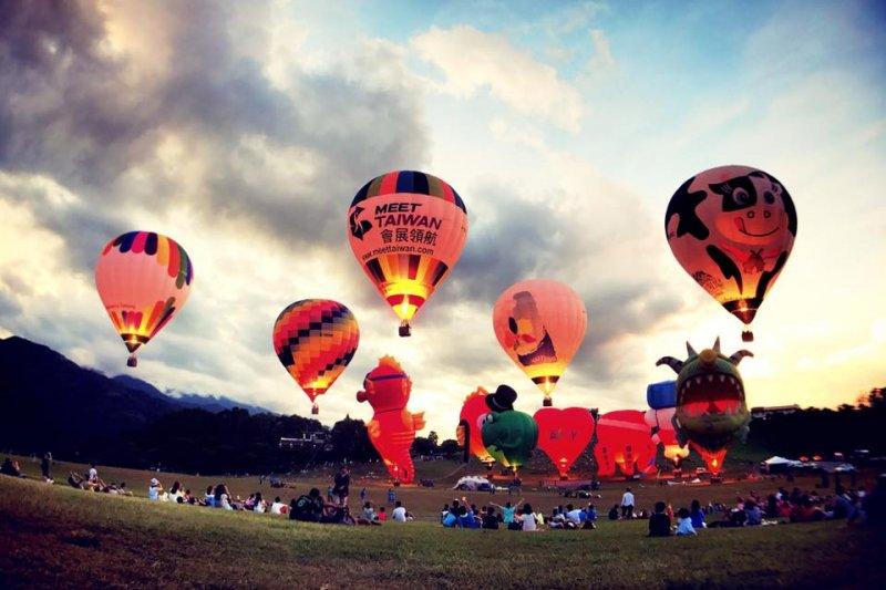 2017年台灣熱氣球嘉年華於22日清晨舉辦曙光光雕音樂會,活動於太麻里海岸邊的曙光紀念園區展開。(取自台灣熱氣球嘉年華臉書)