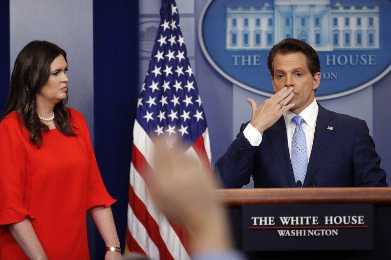 白宮公關主任史卡拉穆奇(右)接受媒體提問時,送上飛吻,白宮副發言人桑德思(左)旁觀(AP)