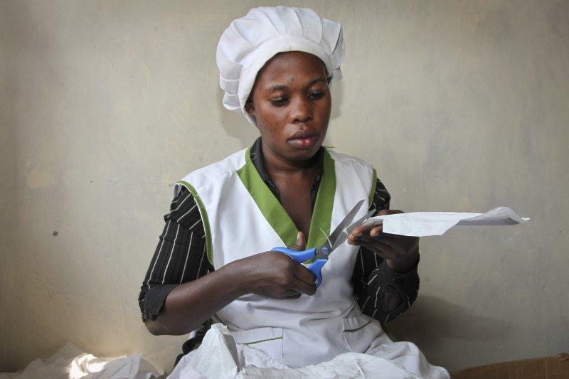 烏干達的工人正在製作「Makapad」(AP)