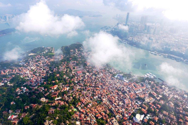 雲層下的鼓浪嶼歷史風貌街區或隱或現,與對岸的廈門現代都市遙相輝映(新華社)
