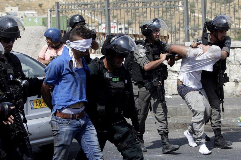 以色列的軍警在耶路撒冷逮捕兩名巴勒斯坦抗議者。(美聯社)