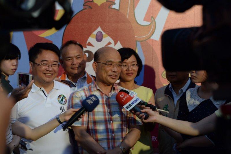 前行政院長蘇貞昌(中)表示,黨中央要用最大的誠意請台南市長賴清德市長來參選,「但如果賴市長不來選,深耕20年的吳秉叡(左),就是很適合的人選。」(蘇巧慧辦公室提供)
