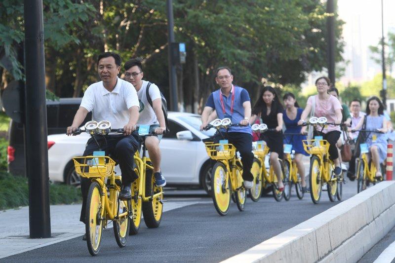 中國共用經濟能走多遠?城市管理者在杭州體驗信用解鎖騎行共用單車(新華社)