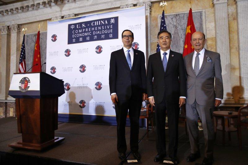 左到右:美國財政部長馬努欽(Steven Mnuchin)、中國國務院副總理汪洋和美國商務部長羅斯(Wilbur Ross)。(美聯社)