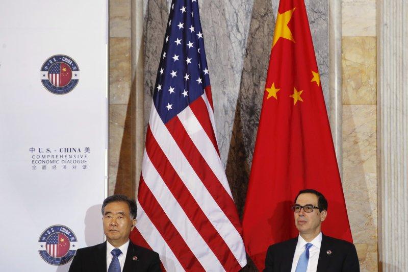 中國國務院副總理汪洋(左)與美國財政部長馬努欽(右)。(美聯社)