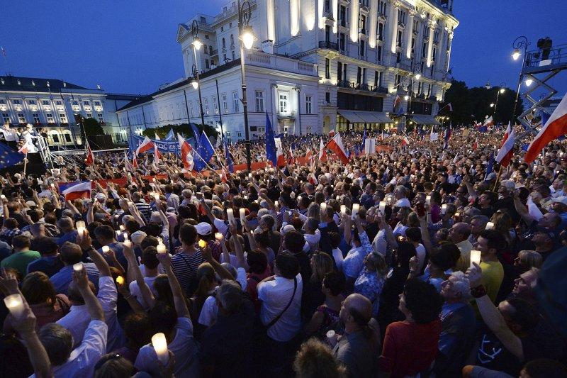 波蘭右派政府有意擴權破壞司法獨立,民眾發起大規模示威(AP)
