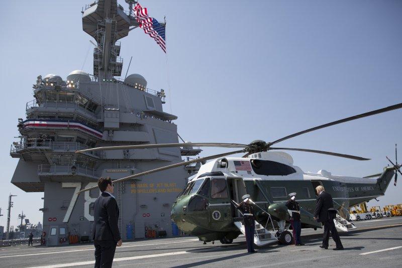 2017年7月22日,美軍福特號(USS Gerald R. Ford)航空母艦正式服役,總統川普搭乘「陸戰隊一號」專機抵達(AP)