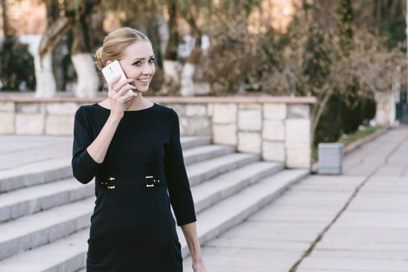 如何挑選職場佳人最物超所值的小洋裝,建議參考以下幾點原則(圖/重村俊雄@pakutaso)