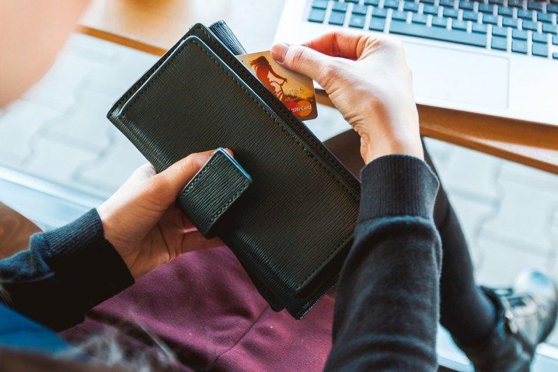數位支付越來越流行,現在不只網購,連吃飯、買生活用品也能使用...(圖/Pixabay)