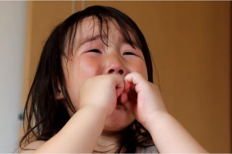 面對孩子哭鬧,父母該怎麼做讓孩子冷靜下來?(圖/翻攝自youtube)
