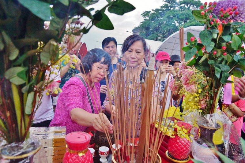 20170723-史上最大科、眾神上凱道,眾家神明於台北市中心大會師,民眾點燃香火祈福。(盧逸峰攝)