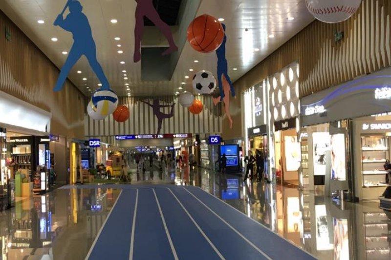 台灣文學家陳芳明昨(24)日準備出國訪問,走在桃園機場長廊上,突然發現自己進入了田徑跑道。陳表示,「這樣的感覺真好」。(取自陳芳明臉書)