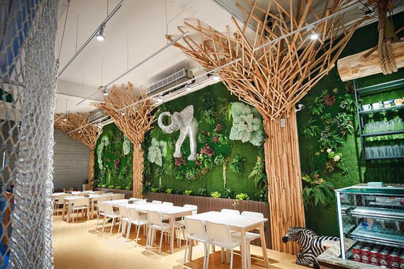 採用了大量原木與綠色元素的 ZOOIE 魔法城堡,舒服的用餐空間加上給孩子們的遊樂設施,讓親子都能愉快用餐(圖 / ZOOIE魔法城堡@facebook)