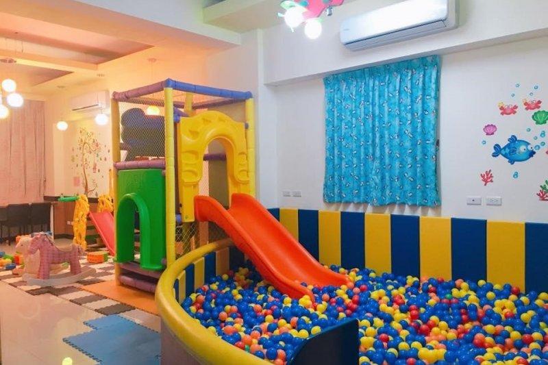 小星星義大利麵親子餐廳的招牌球池,是孩子們自在玩樂的理想空間(圖 / 小星星義大利麵親子餐廳 @ facebook)