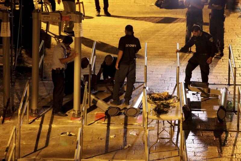 以巴問題:以色列警方開始拆除阿克薩清真寺外的金屬探測器安檢門(AP)
