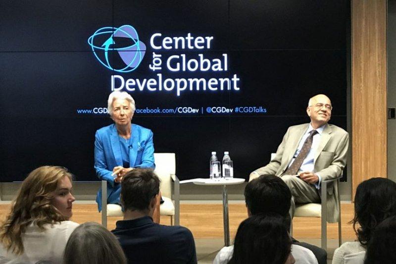 國際貨幣基金組織總裁拉加德(左)在華盛頓智庫全球發展中心談全球發展前景及基金組織改革。(美國之音)