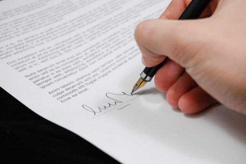 友誼再深,遇到租屋或借貸,還是都要立下合約才保險啊。(圖/peakpx)