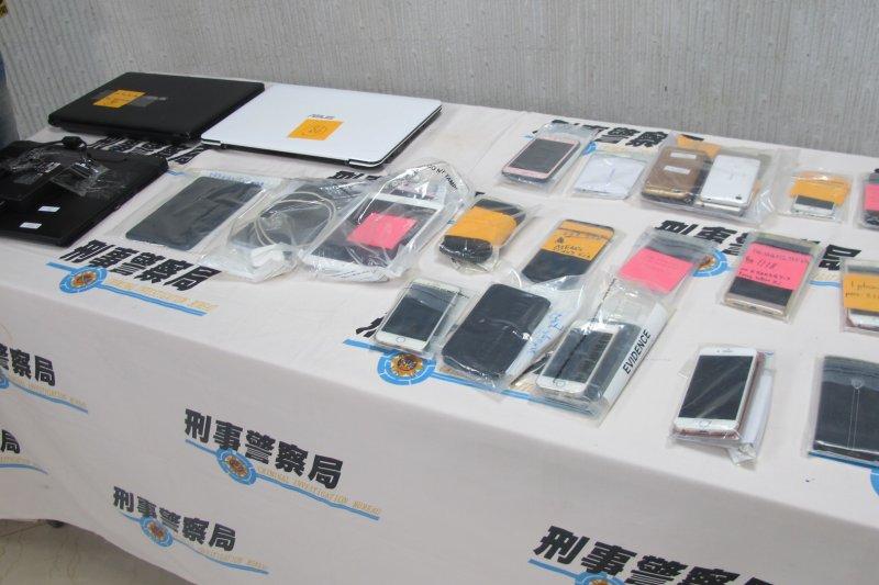 刑事局在逮捕孟嫌等人時,同時查獲犯案工具,包含筆記型電腦3臺、平板電腦15臺、詐欺話術教戰守則等相關證物一批。(刑事警察局提供)