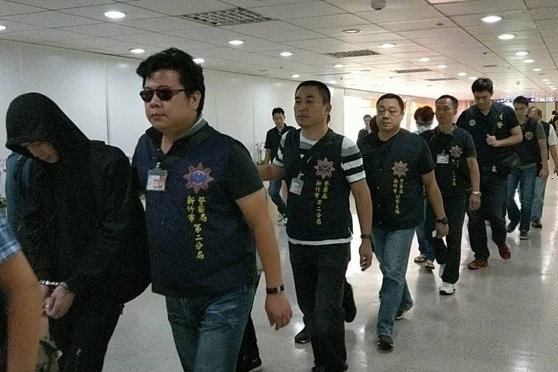 刑事局與泰國警方聯手,攻破以孟嫌為首的詐騙集團,總共將20人逮捕歸案,其中18名持我國國籍嫌犯已於今(26)日下午1時13分返抵桃園國際機場,並於晚間將帶回刑事局接受偵訊。(刑事警察局提供)