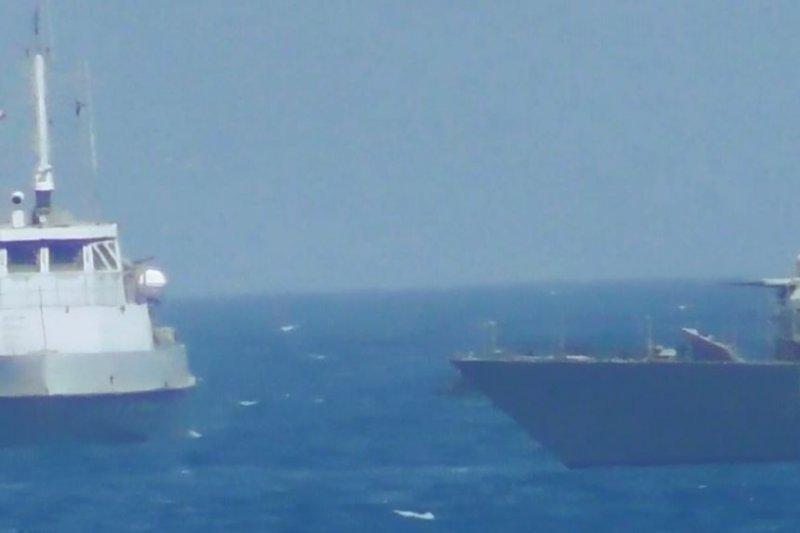 美國海軍提供的影片畫面顯示,25日一艘伊朗艦隻在波斯灣危險靠近美軍艦。(美國之音)