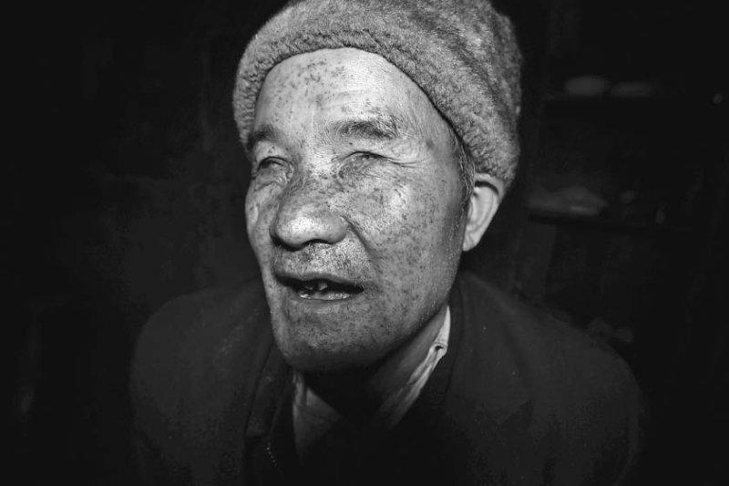 鄒樹禮的臉在爆炸中浸透了煤灰,像青面獸楊志,曾讓孫子害怕。(時報出版提供)