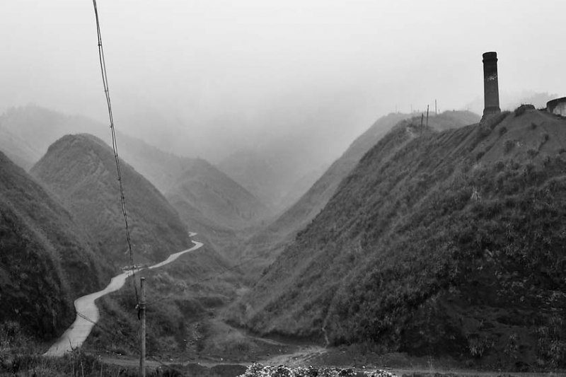 已經廢棄的煉礦廠高爐是悲劇性歷史的最後見證,山頭保持著半世紀的荒涼。(時報出版提供)