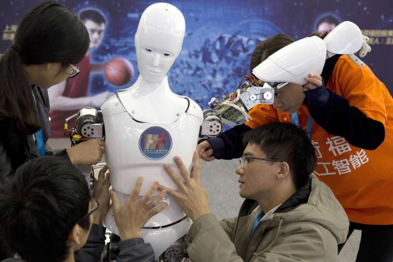 作者認為,機器可以做出更好的決策,但人類仍然扮演重要的角色。(美聯社)