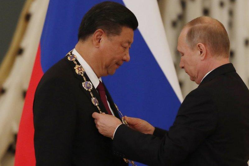 俄羅斯總統普京7月4日在莫斯科克里姆林宮授予中國領導人習近平第一受召使徒聖安德烈勳章。(BBC中文網)