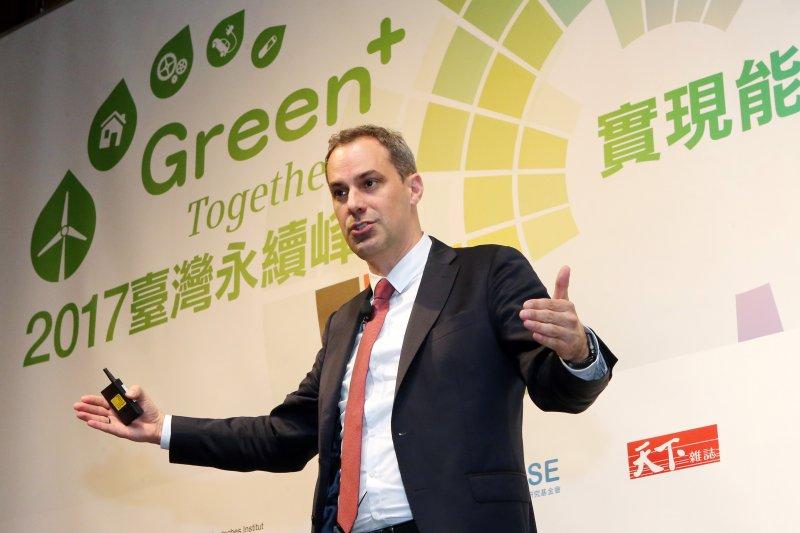 德國製造業大廠西門子董事成員賽德瑞克.耐吉(Cedrik Neike)27日則出席「台灣永續峰會」,表示正規劃將亞太總部遷至台灣,從簡單零組件開始建立產線,並期待未來能進一步和台灣ICT產業合作,以提升風機品質。(西門子提供)
