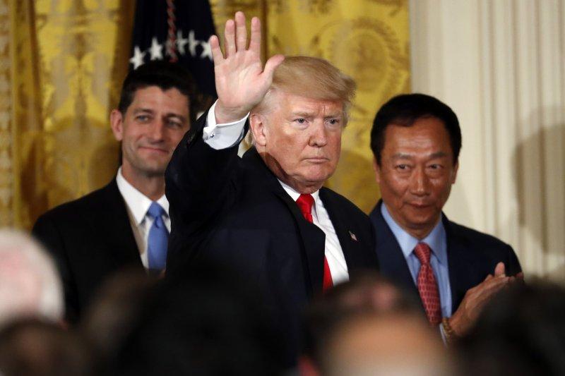 《美聯社》報導,美國威斯康辛州州長艾佛斯(Tony Evers)指出,鴻海集團董事長郭台銘(右)將赴美,並會見美國總統川普(中)。(資料照,美聯社)