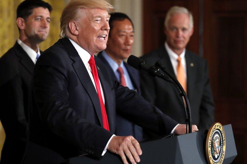 鴻海總裁郭台銘26日在白宮與川普總統共同宣布,將投資100億美元在威斯康辛州設立LCD工廠。(AP)