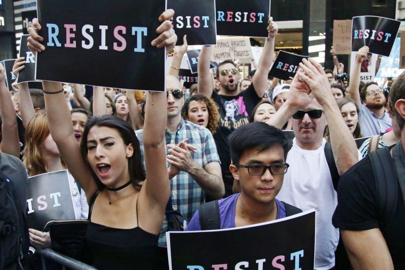 美國總統川普大開性別平權倒車,26日宣布禁止跨性別者從軍,引發民眾抗議(AP)