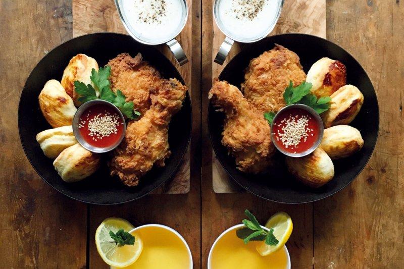 炸雞,美味關鍵用優格取代白脫牛奶來醃雞肉,這點有別於傳統。(圖/悅知文化提供)