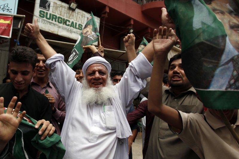 巴基斯坦總理夏立夫(Nawaz Sharif)因涉貪腐遭最高法院罷黜,反對派群眾上街慶祝(AP)