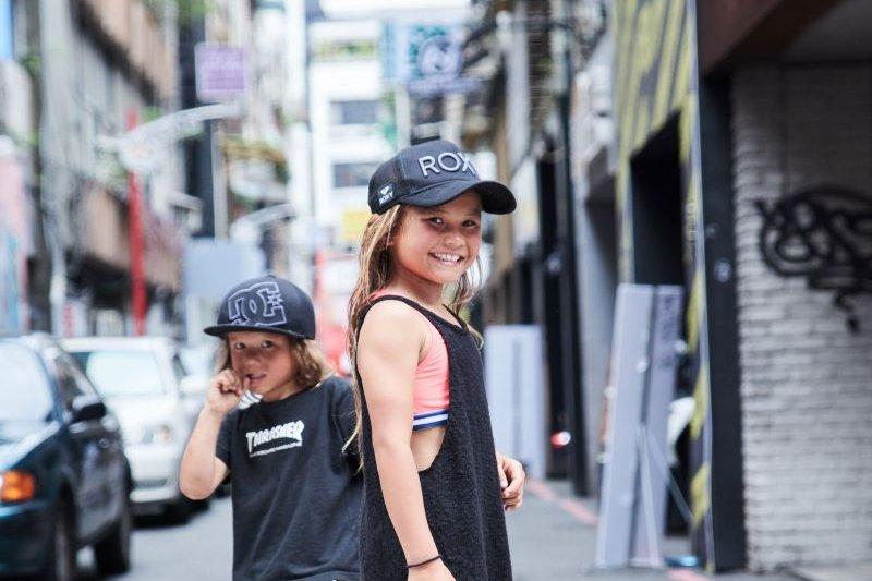 8歲的Sky Brown在日本宮崎縣長大,爸爸是專業的滑板選手,耳濡目染下她接觸各種極限運動,並在滑板和衝浪圈闖出名號(圖/MarieClaire美麗佳人提供)