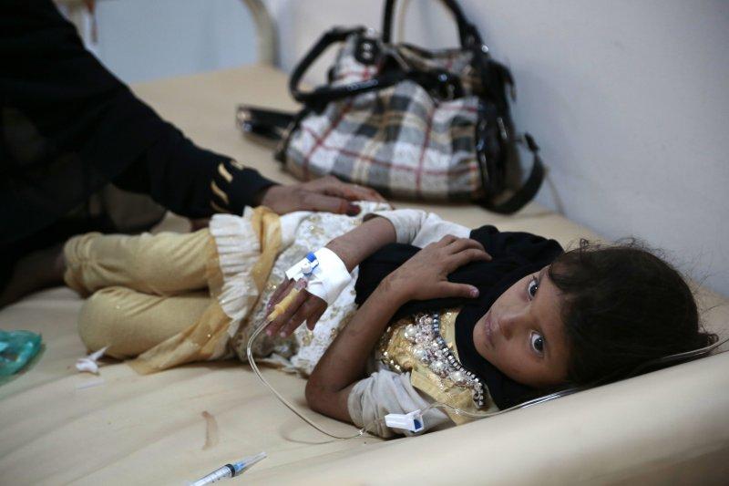 葉門首都沙那的一名女童感染了霍亂,正在接受治療(AP)