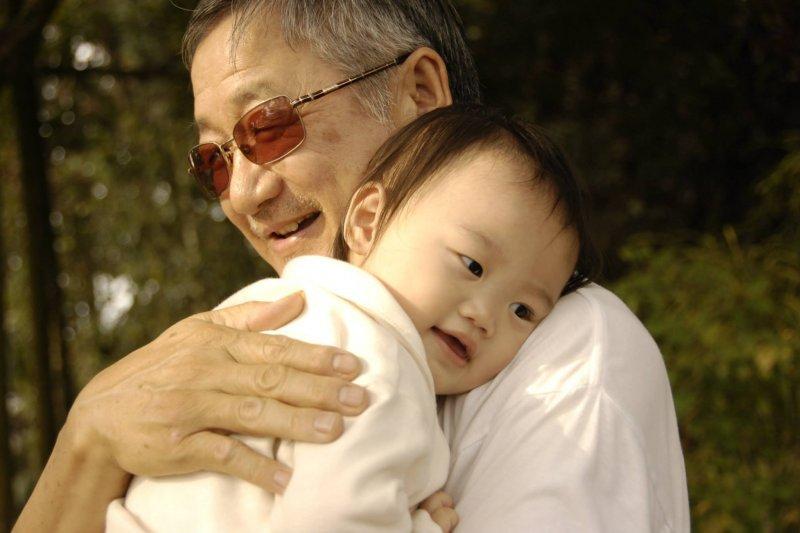 隔代教養家庭中的阿公阿嬤,其子女無法照顧孫子女的原因,以子女因入獄、失業、重病等因素無力扶養子女占24.95%最多。(取自pixbay)