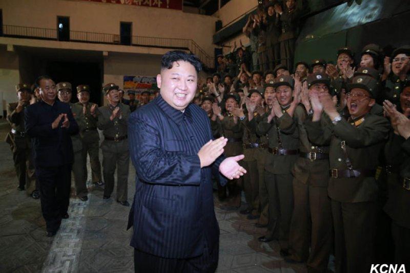 北韓28日成功試射「火星14」飛彈後,金正恩與官兵同賀。(朝中社)