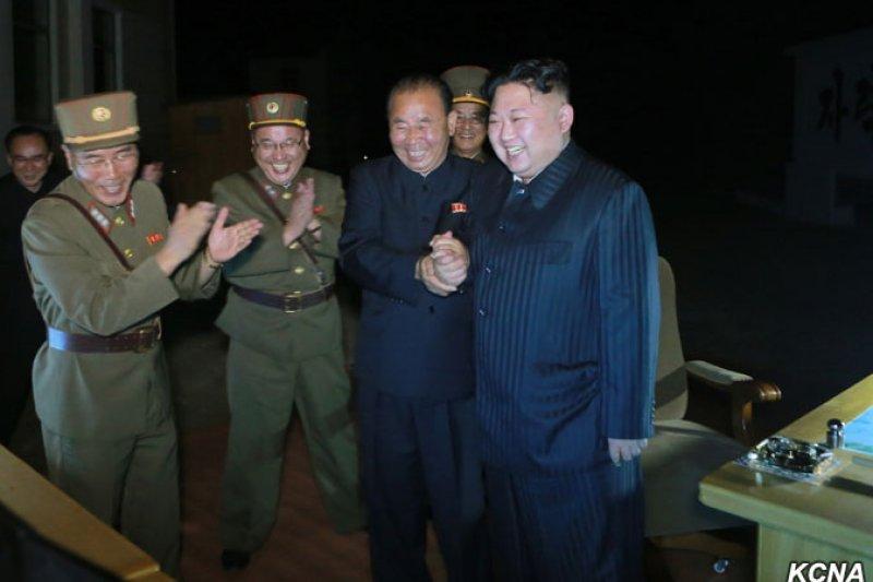 社會家學申鉉準(Shin Hyunjoon),在餐敘時所開的玩笑,反而更接近真相:「韓流難以統一北韓,但中國可能用錢控制韓流,統一南韓。」(資料照,朝中社)