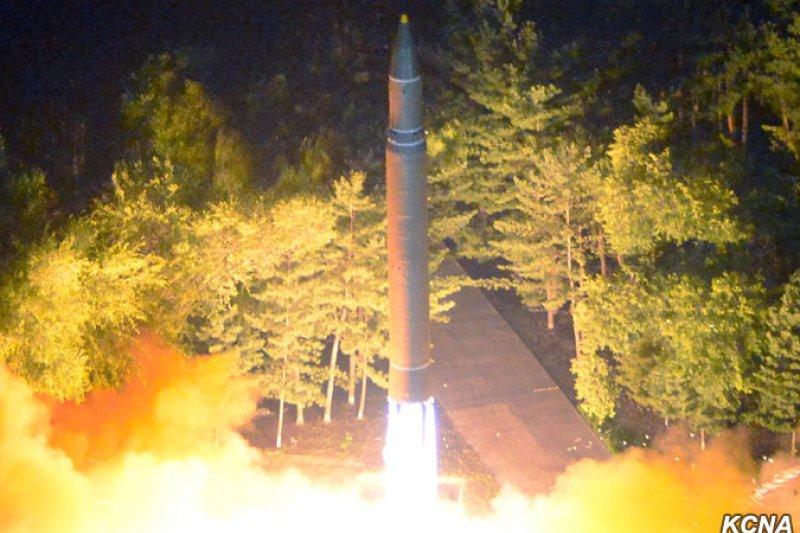 北韓28日試射「火星14」飛彈。(朝中社)