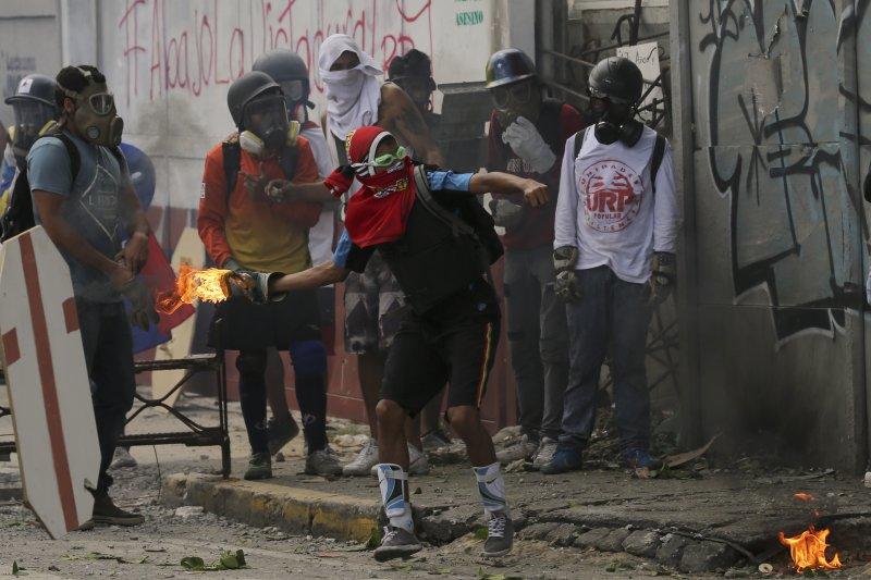 委內瑞拉反政府示威者朝軍警扔汽油彈(AP)