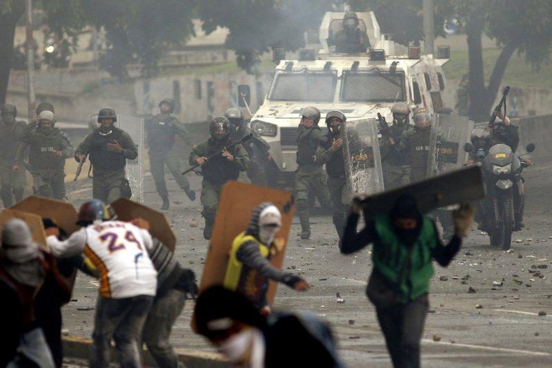 7月28日,委內瑞拉首都卡拉卡斯的國民兵衝向示威民眾(AP)