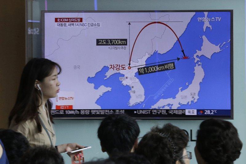 南韓媒體報導北韓28日深夜發射飛彈的消息。(美聯社)