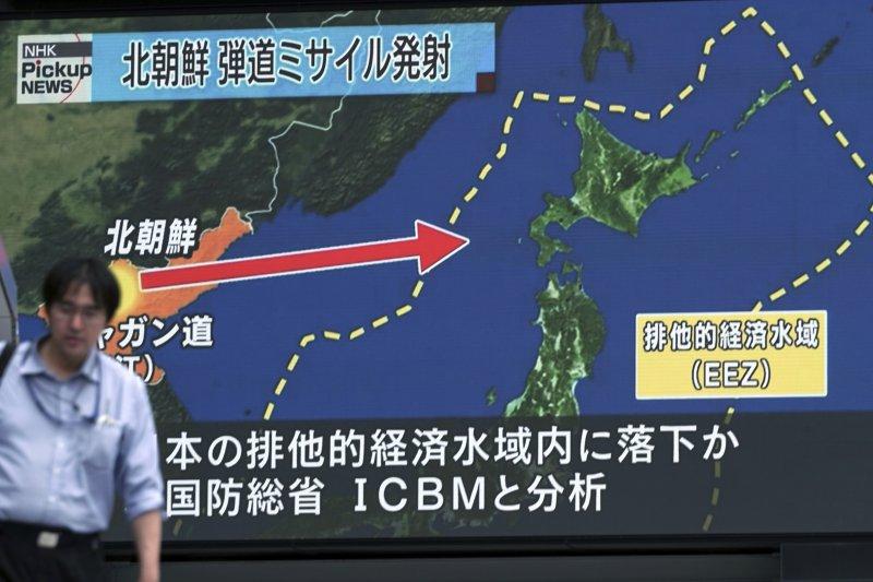 日本媒體29日報導北韓28日深夜發射飛彈的新聞。(美聯社)