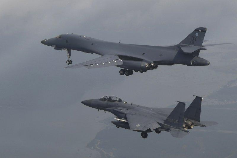 2017年7月30日,美軍出動2架B-1B「槍騎兵」戰略轟炸機飛臨朝鮮半島上空,南韓空軍F-15K戰機參與演練(AP)