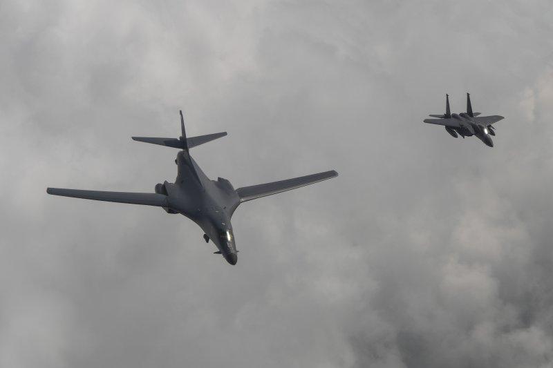 2017年7月30日,美軍出動2架B-1B「槍騎兵」戰略轟炸機飛臨朝鮮半島上空(AP)