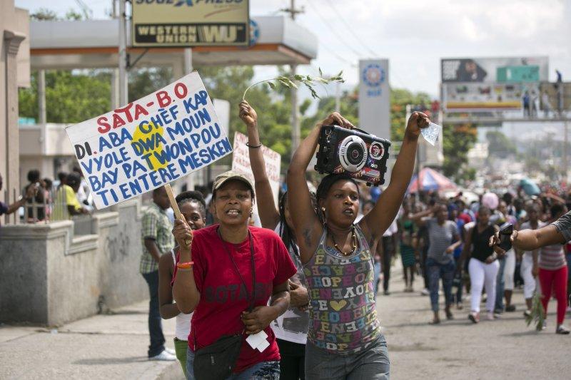 海地勞工抗議,要求調漲最低薪資。(美聯社)